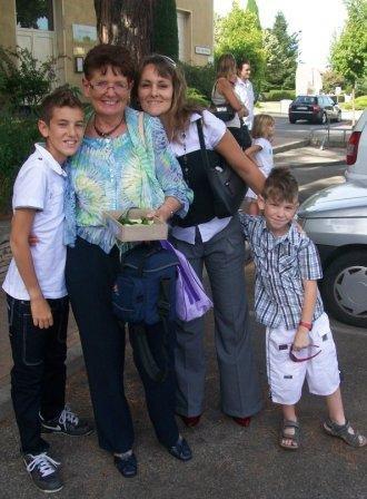 En attendant que la Mariée arrive à la mairie ... mes fistons, ma Tant'Ma (hybride entre tante et maman ;-) ) et moi-même ...